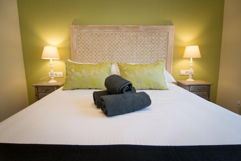 https://i.travelapi.com/hotels/13000000/12430000/12421000/12420904/bf811d67_z.jpg