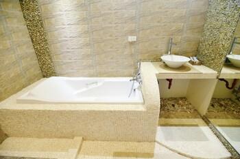Kaiyana Boracay Beach Resort Bathroom