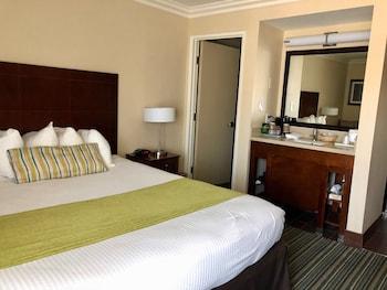 Standard Room, 1 King Bed, Partial Ocean View (Upper Floor)