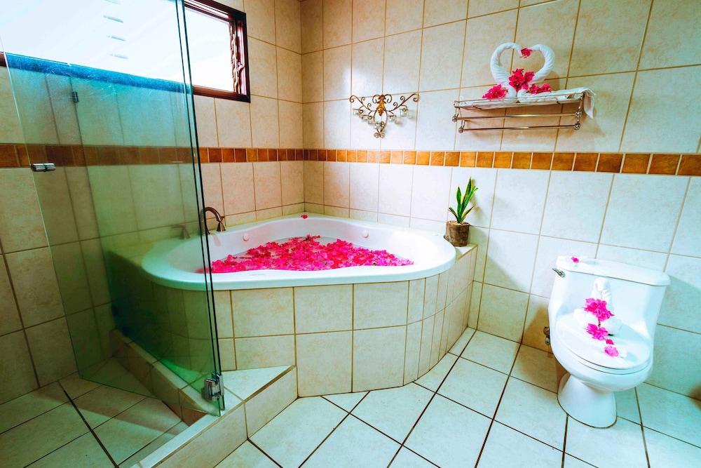 https://i.travelapi.com/hotels/13000000/12540000/12534600/12534581/ccf07a60_z.jpg