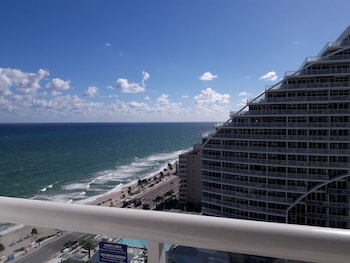 Luxury Condo, 1 King Bed, Ocean View, Beachfront (Unit 1903)