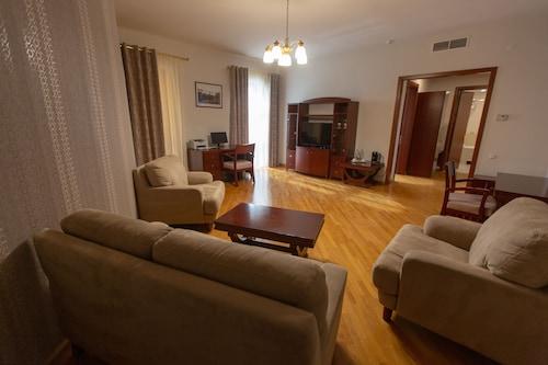Latar Hotel Complex,