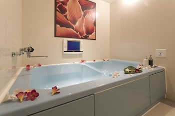 HOTEL CREA - ADULTS ONLY Bathroom