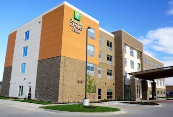 Holiday Inn Express & Suites Omaha - Millard Area