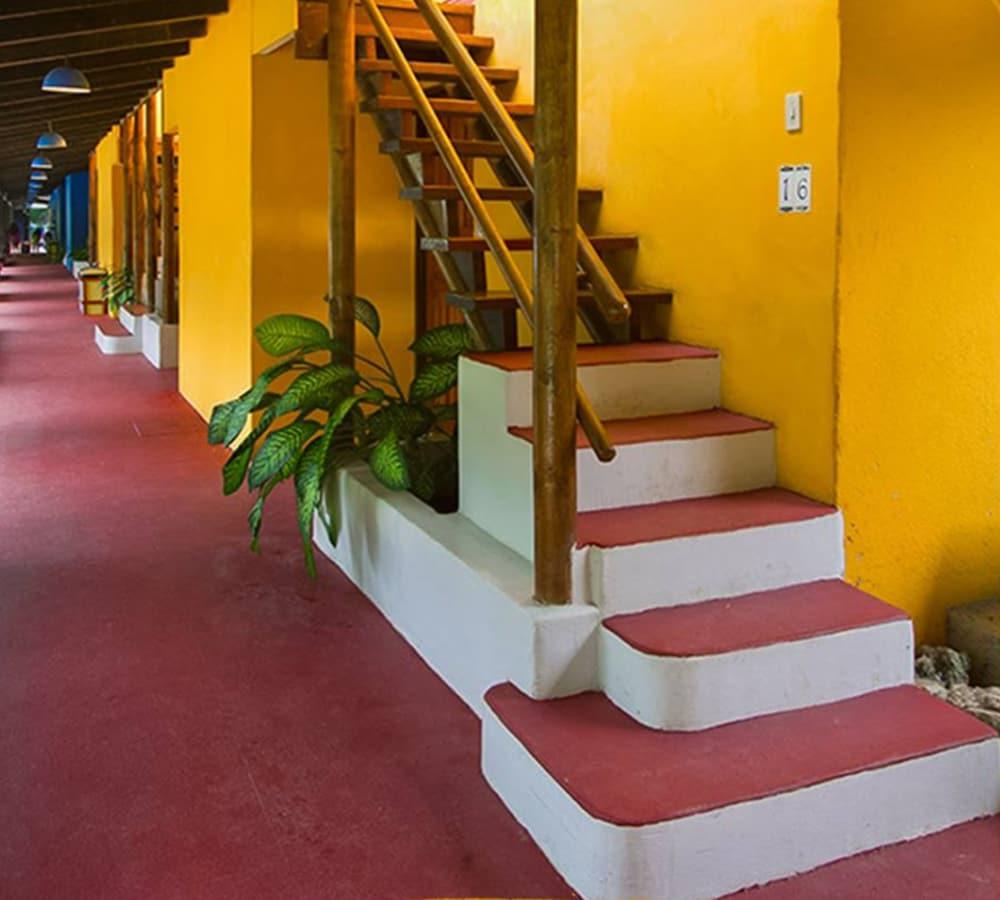 https://i.travelapi.com/hotels/13000000/12660000/12654100/12654080/789c8af4_z.jpg