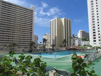Waikiki Banyan - Walk to the B..