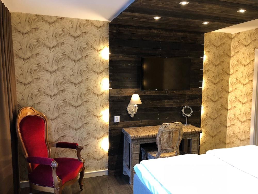 https://i.travelapi.com/hotels/13000000/12700000/12690600/12690595/d9c8c944_z.jpg