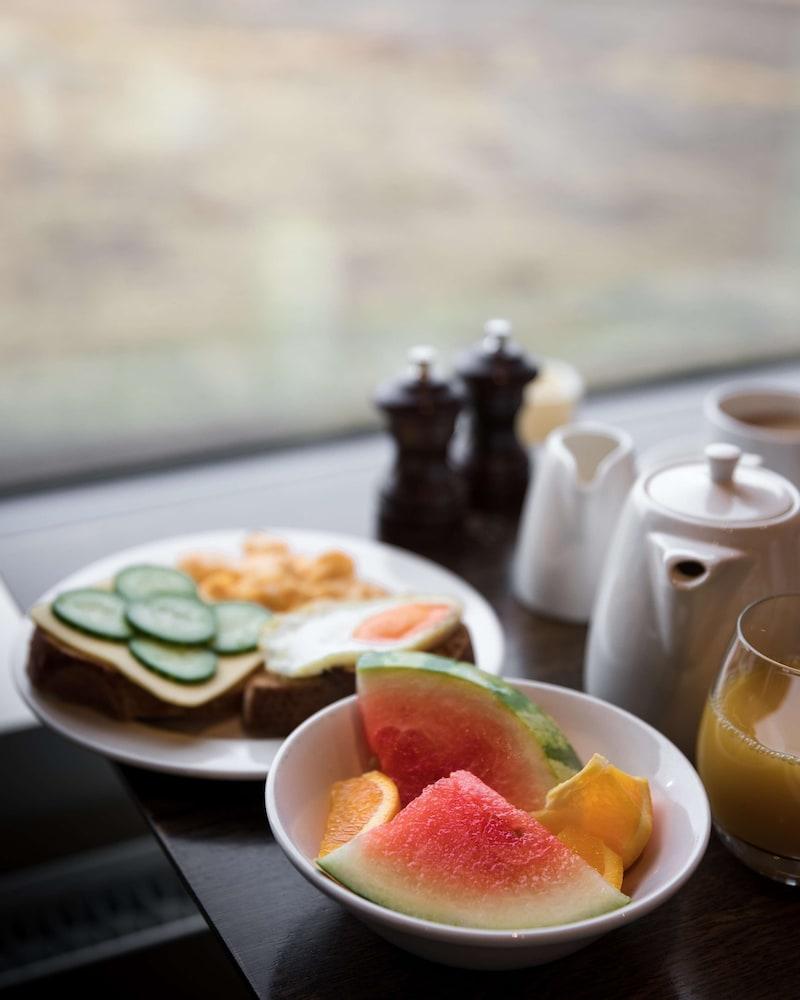 https://i.travelapi.com/hotels/13000000/12800000/12794300/12794262/ba62342e_z.jpg