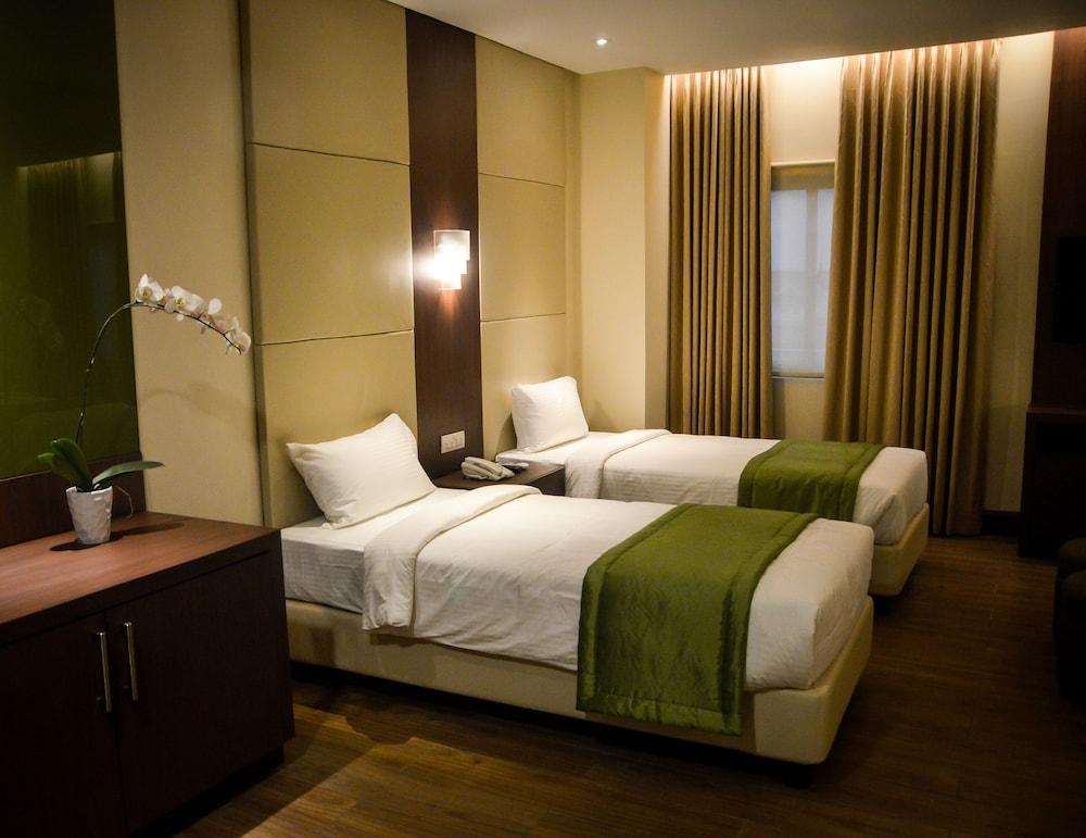 https://i.travelapi.com/hotels/13000000/12820000/12810100/12810098/39b68f55_z.jpg
