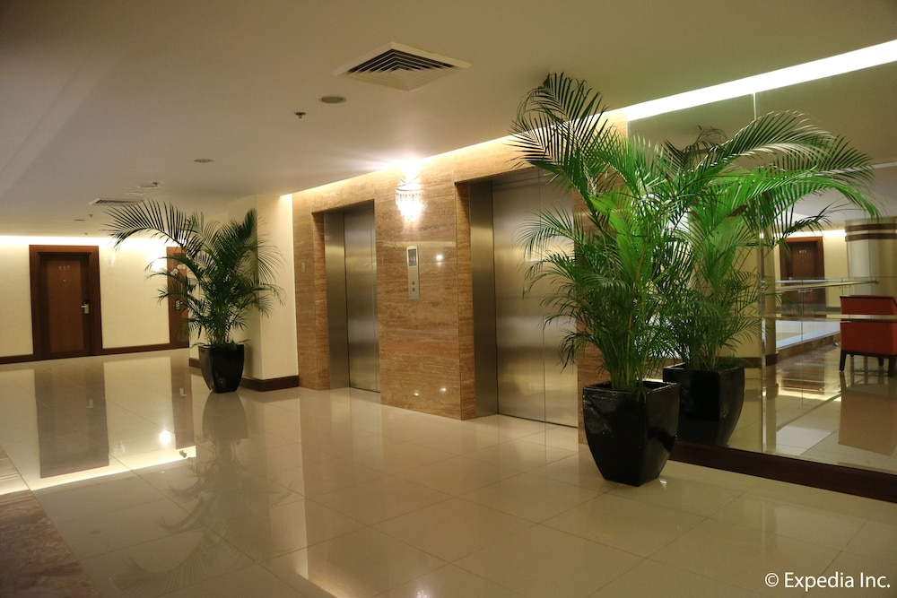 https://i.travelapi.com/hotels/13000000/12820000/12810100/12810098/40a61dfe_z.jpg