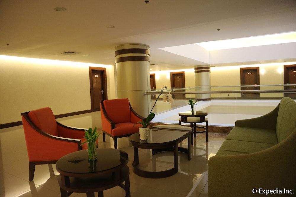 https://i.travelapi.com/hotels/13000000/12820000/12810100/12810098/56803d98_z.jpg