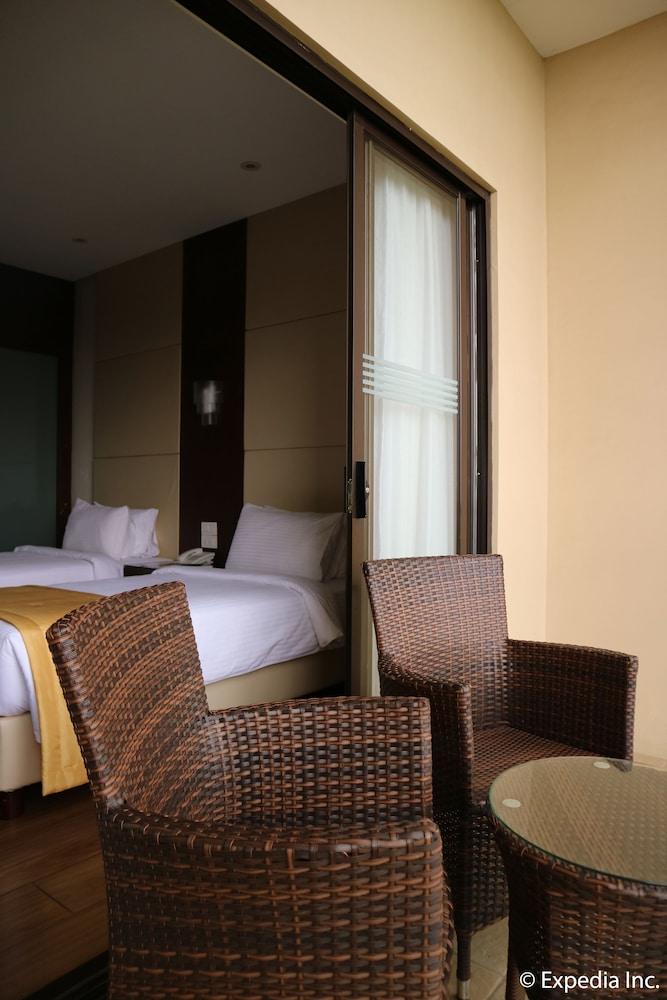 https://i.travelapi.com/hotels/13000000/12820000/12810100/12810098/7d301b5c_z.jpg