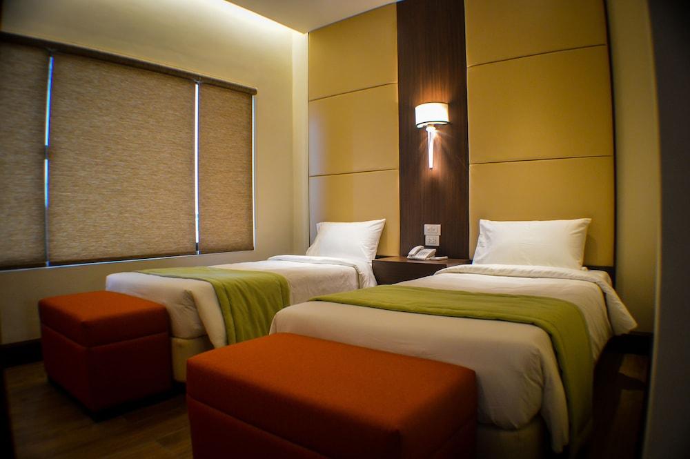 https://i.travelapi.com/hotels/13000000/12820000/12810100/12810098/8b49d84a_z.jpg