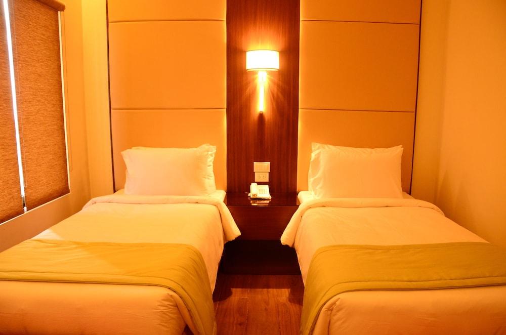 https://i.travelapi.com/hotels/13000000/12820000/12810100/12810098/92a257b4_z.jpg