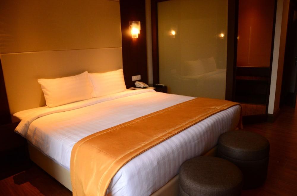 https://i.travelapi.com/hotels/13000000/12820000/12810100/12810098/cc049fba_z.jpg