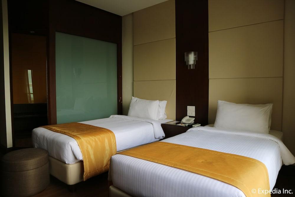 https://i.travelapi.com/hotels/13000000/12820000/12810100/12810098/d42c4f90_z.jpg