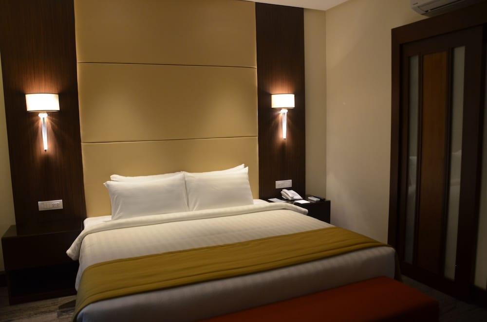 https://i.travelapi.com/hotels/13000000/12820000/12810100/12810098/d44f1cce_z.jpg