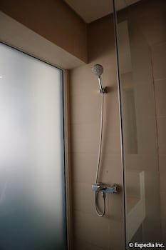 HOTEL MONTICELLO Bathroom Shower