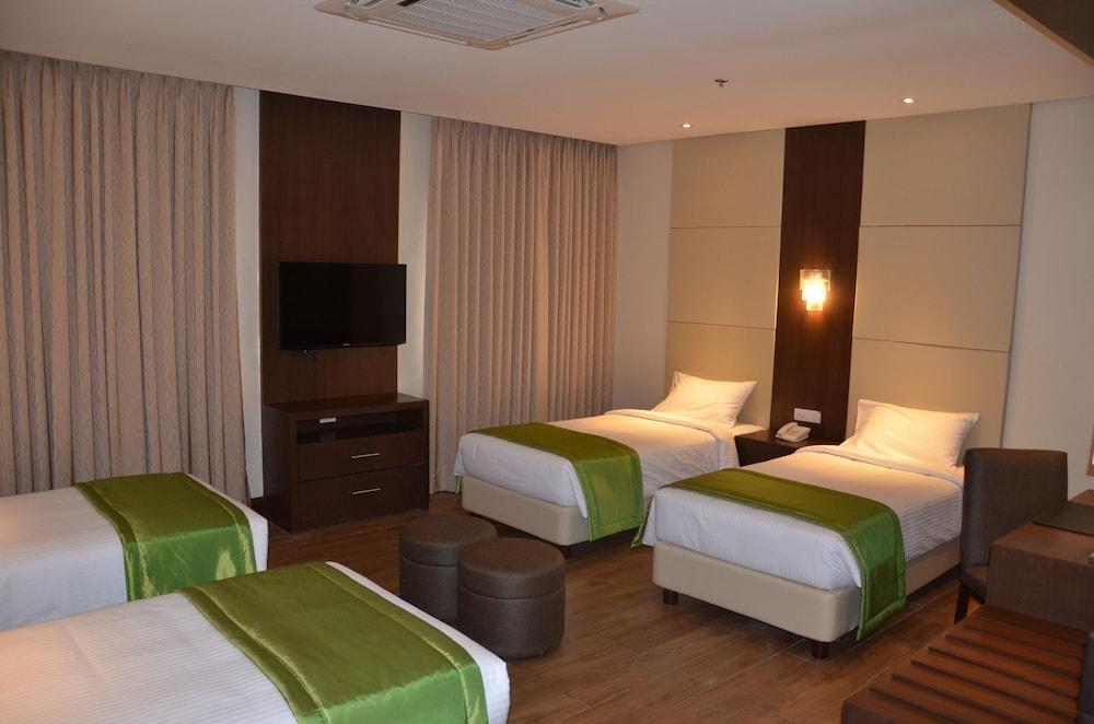 https://i.travelapi.com/hotels/13000000/12820000/12810100/12810098/f16f203c_z.jpg