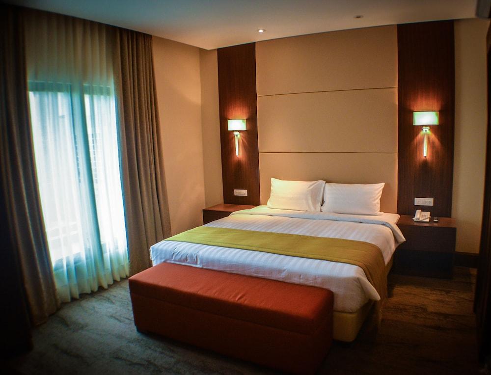 https://i.travelapi.com/hotels/13000000/12820000/12810100/12810098/f6ff4ce3_z.jpg