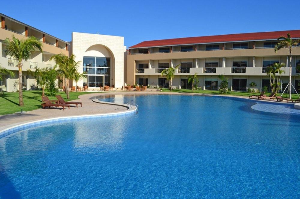 https://i.travelapi.com/hotels/13000000/12840000/12836300/12836211/2b3539e8_z.jpg