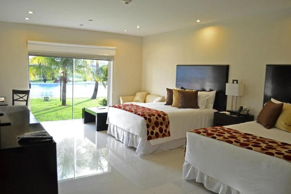 https://i.travelapi.com/hotels/13000000/12840000/12836300/12836211/5c906787_z.jpg