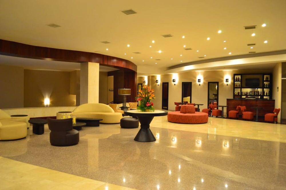 https://i.travelapi.com/hotels/13000000/12840000/12836300/12836211/630a5caa_z.jpg