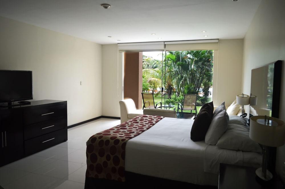 https://i.travelapi.com/hotels/13000000/12840000/12836300/12836211/64c275de_z.jpg