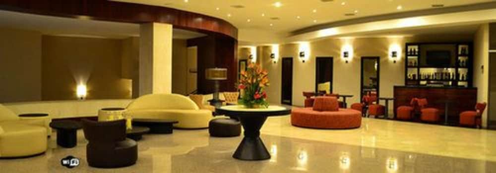 https://i.travelapi.com/hotels/13000000/12840000/12836300/12836211/8be521df_z.jpg
