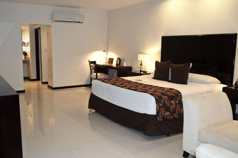 https://i.travelapi.com/hotels/13000000/12840000/12836300/12836211/99c58ba4_z.jpg