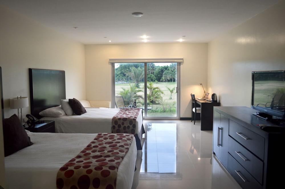 https://i.travelapi.com/hotels/13000000/12840000/12836300/12836211/9d4c4810_z.jpg