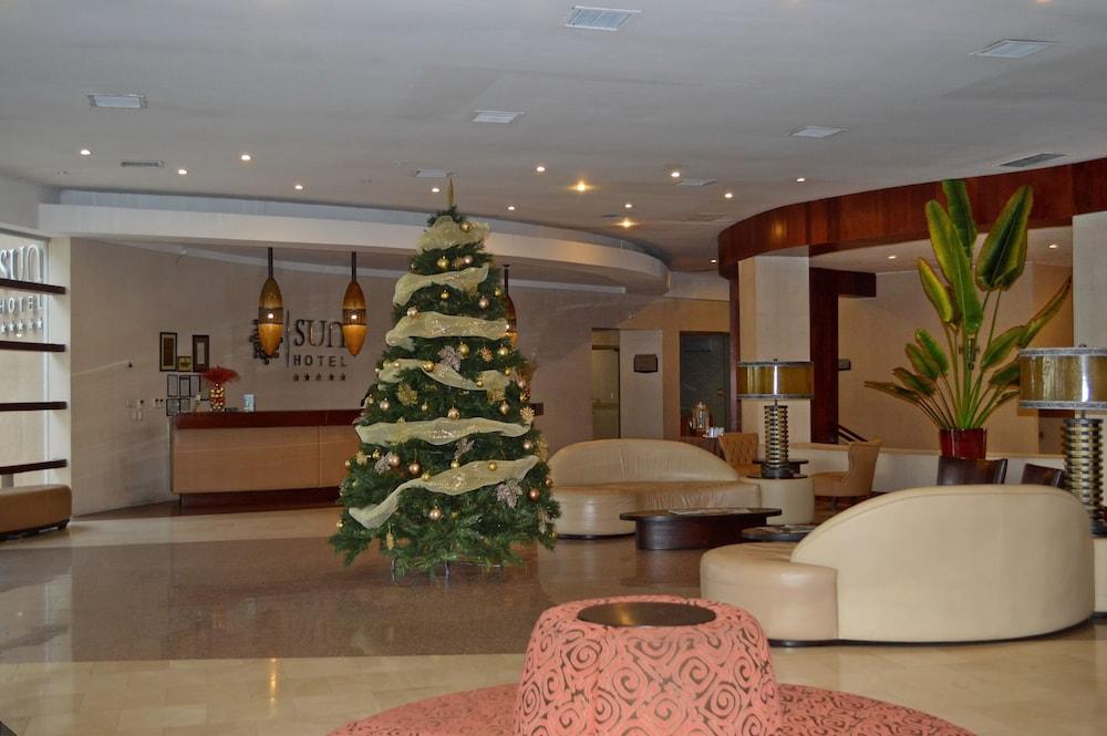 https://i.travelapi.com/hotels/13000000/12840000/12836300/12836211/a62fe987_z.jpg