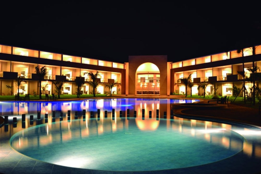 https://i.travelapi.com/hotels/13000000/12840000/12836300/12836211/c21617f6_z.jpg