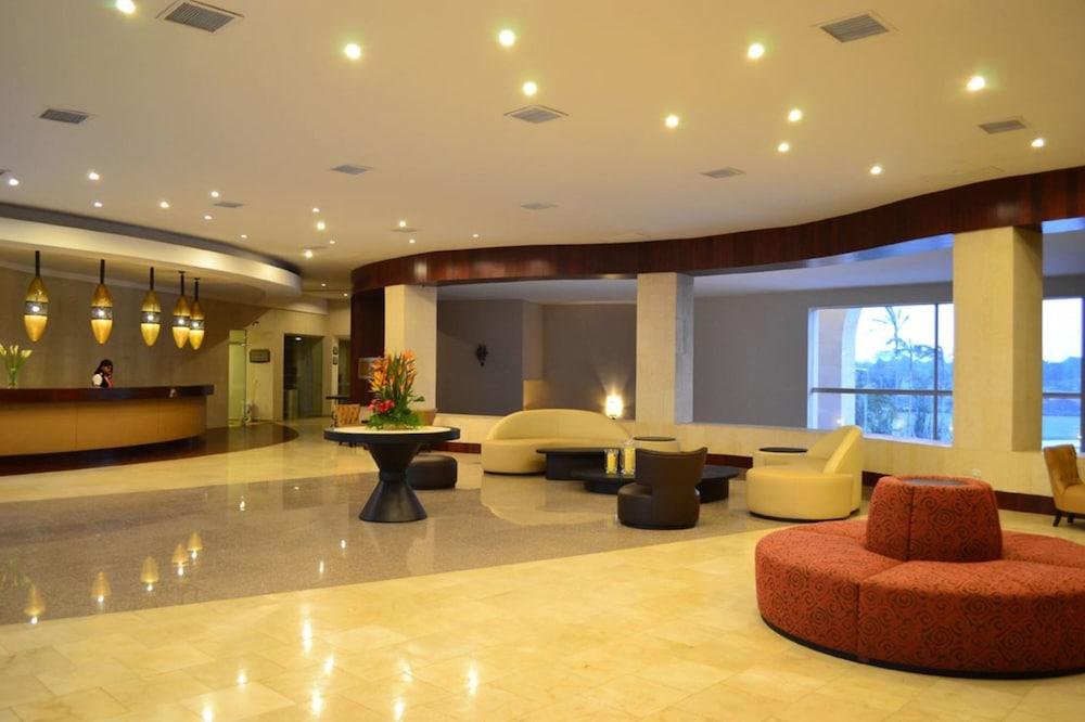 https://i.travelapi.com/hotels/13000000/12840000/12836300/12836211/cbb13248_z.jpg