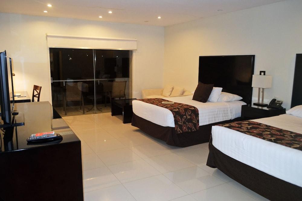 https://i.travelapi.com/hotels/13000000/12840000/12836300/12836211/df0f8fcd_z.jpg