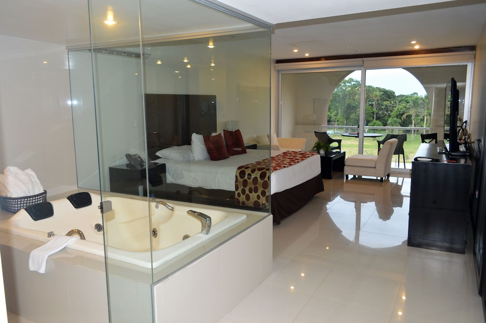 https://i.travelapi.com/hotels/13000000/12840000/12836300/12836211/f409c1d3_z.jpg