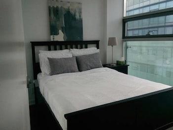 CN Tower City Views Suite (1 Queen Bed, 1 Sofa Bed, 1 Queen Mattress)