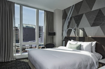 Guestroom at Courtyard Long Island City/New York Manhattan View in Long Island City