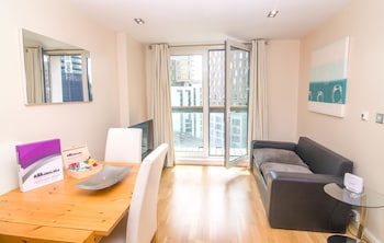Canary Wharf Budget Apartments - Living Room  - #0