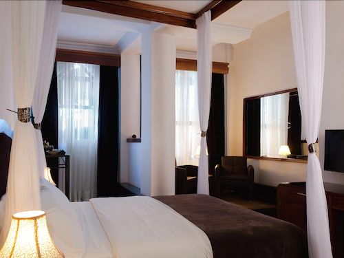 Mount Zion Hotel, Roherero