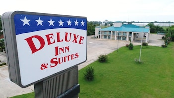 Deluxe Inn & Suites photo