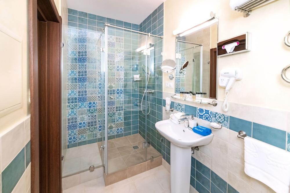 https://i.travelapi.com/hotels/14000000/13140000/13131900/13131823/6f4cb6d5_z.jpg