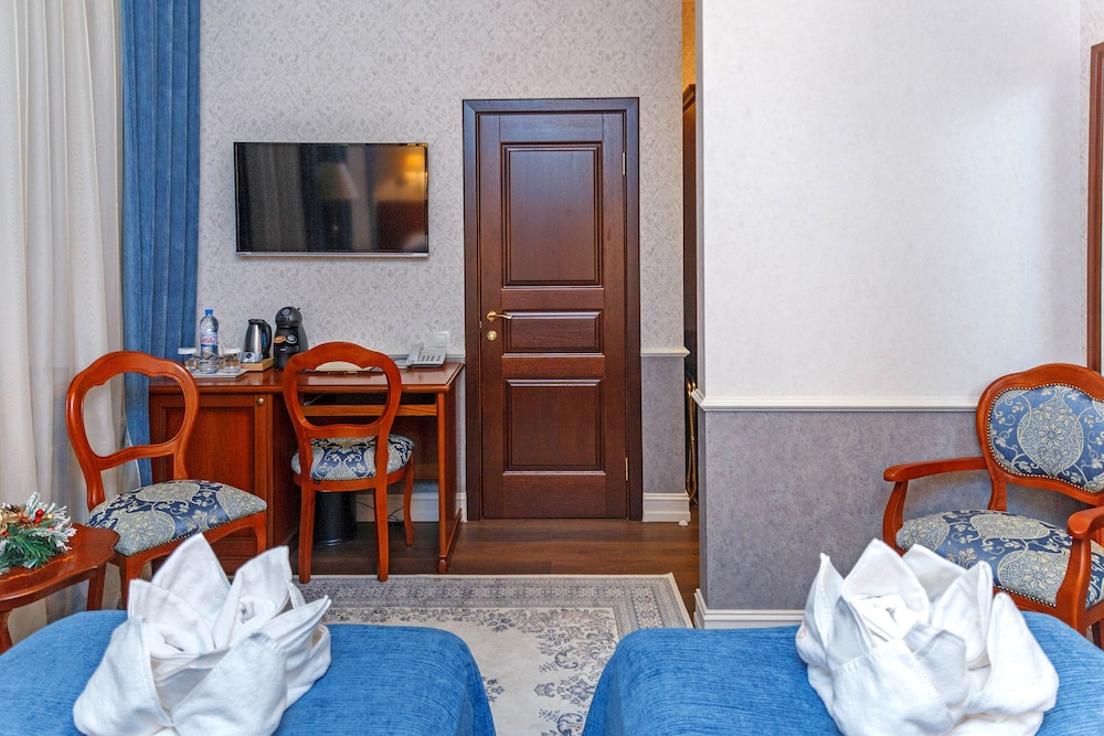 https://i.travelapi.com/hotels/14000000/13140000/13131900/13131823/c642571a_z.jpg