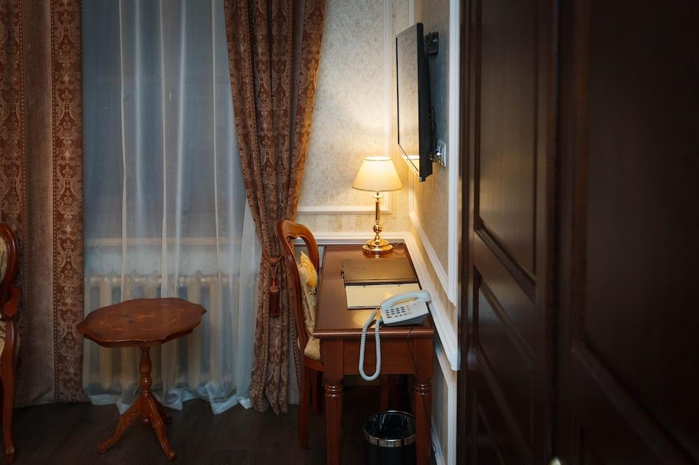https://i.travelapi.com/hotels/14000000/13140000/13131900/13131823/eacc8dca_z.jpg