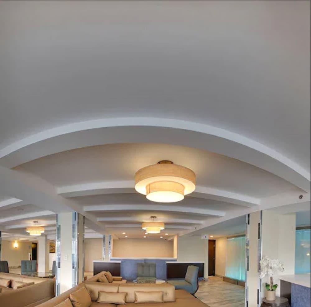 https://i.travelapi.com/hotels/14000000/13160000/13155400/13155354/290d2b43_z.jpg