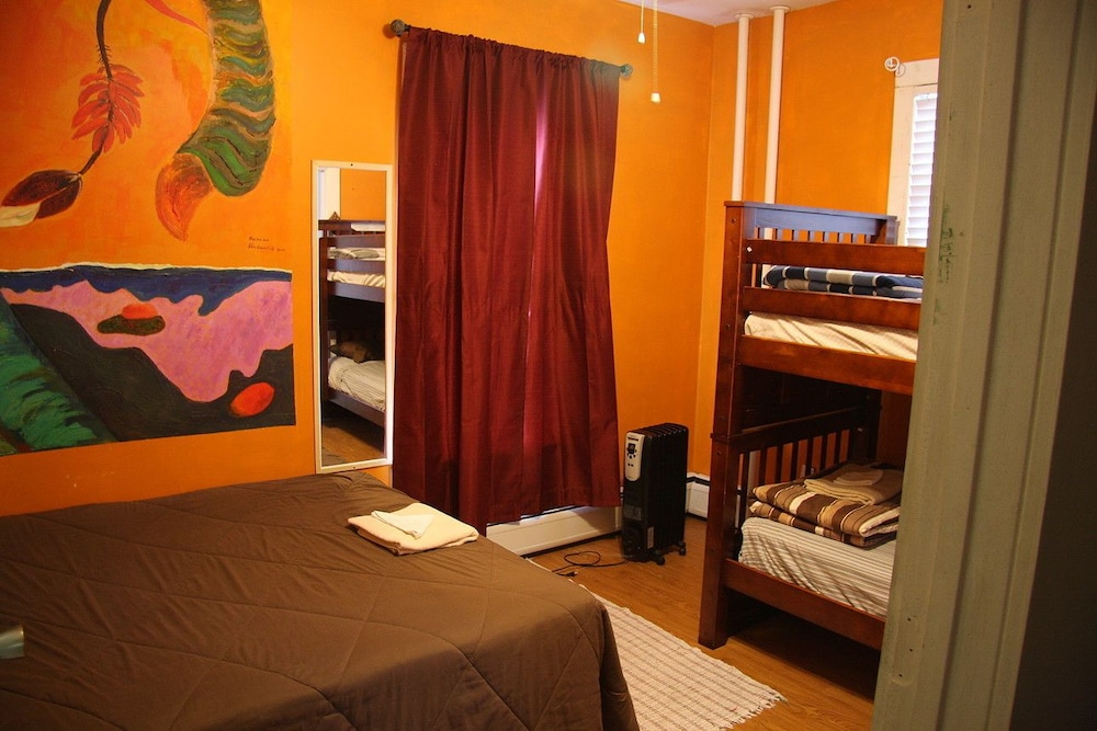 Biker's Room (Private Room) With shared bathroom, one full bed
