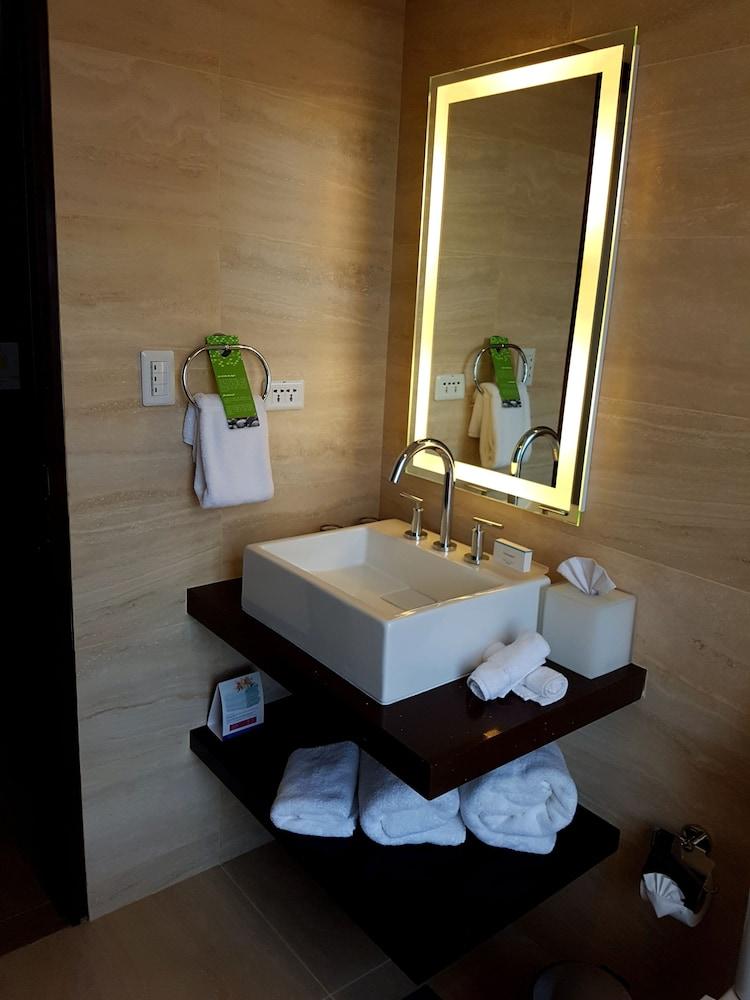 https://i.travelapi.com/hotels/14000000/13180000/13179500/13179436/93376b37_z.jpg