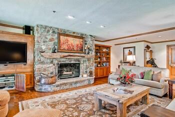McCoy Peak Lodge by East West - Living Room  - #0