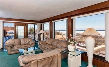 Voyageur Lakewalk Inn - Living Room  - #0