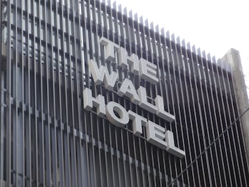 THE WALL HOTEL Exterior